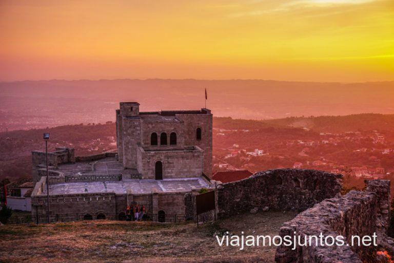 Atardecer sobre el castillo de Krujë desde las ruinas de la iglesia.