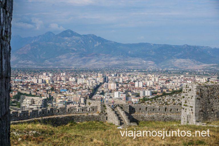 Castillo de Rozafa y los Alpes Albaneses de fondo en Shkodër. Ruta por Albania por libre en transporte público (15 días).